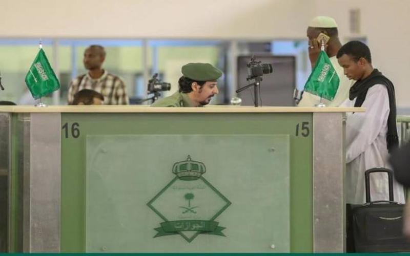 المملكة العربيه السعوديةالجوازات  تحسم كيفية تمديد «الخروج والعودة» للعالقين خارج المملكة والية تمديد إقامات الوافدين والإعفاء من المقابل المالي